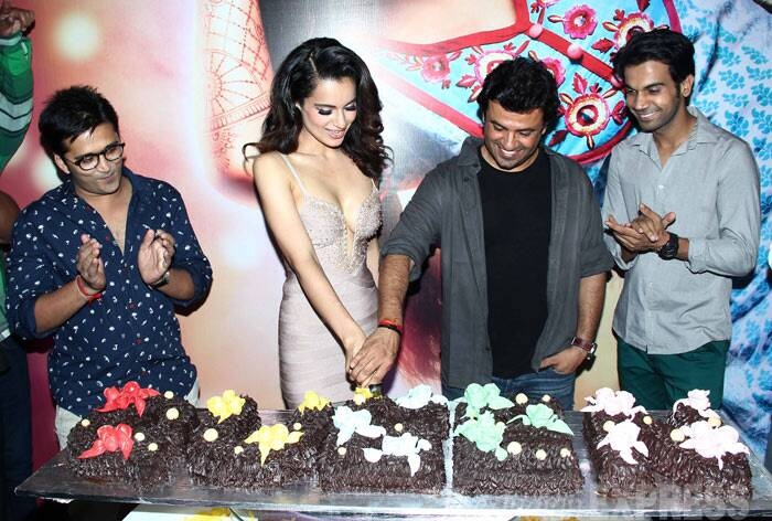 'Queen' director Vikas Bahl and Kangana together cut the celebratory cake. (Photo: Varinder Chawla)