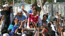 Arvind Kejriwal lands in Mumbai; takes auto to board local train