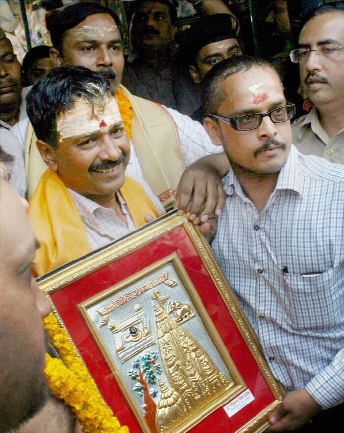 AAP convener Arvind Kejriwal is presented a memento during a visit to the Kashi Vishwanath temple in Varanasi on Tuesday. (PTI)