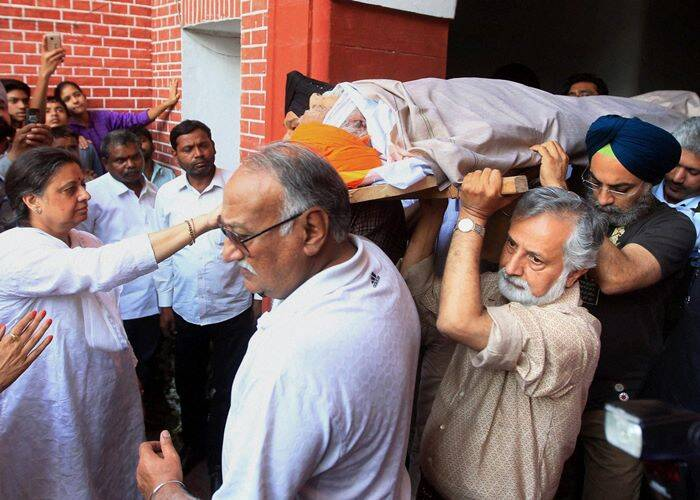 The mortal remains of Khushwant Singh being carried away for cremation. (PTI)