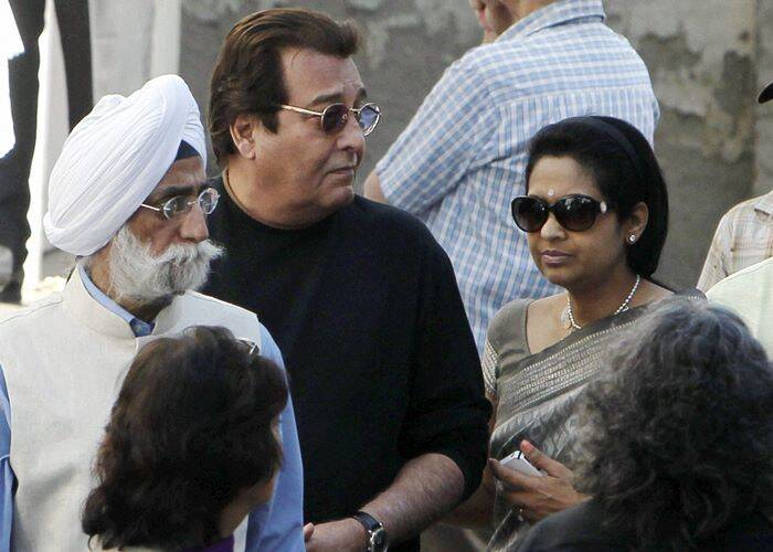 Actor and BJP leader Vinod Khanna with his wife Kavita at the cremation.  (PTI)