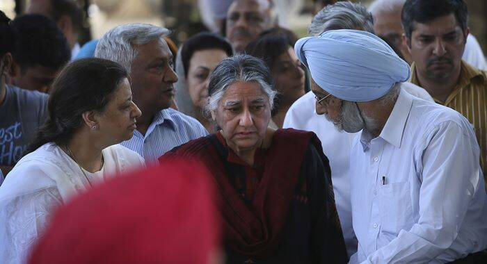 Friends and relatives console Maya Singh, daughter of Khushwant Singh during her father's cremation, in New Delhi. (AP)