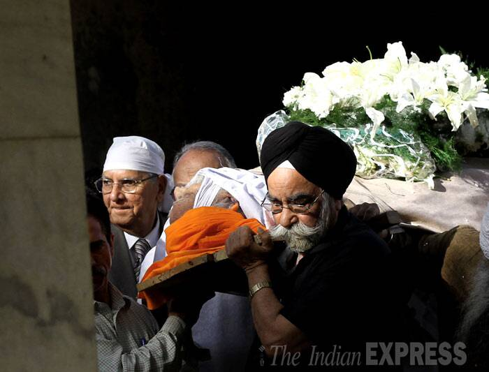 Relatives and friends carry Khushwant Singh's body for cremation. (IE Photo: Ravi Kanojia)