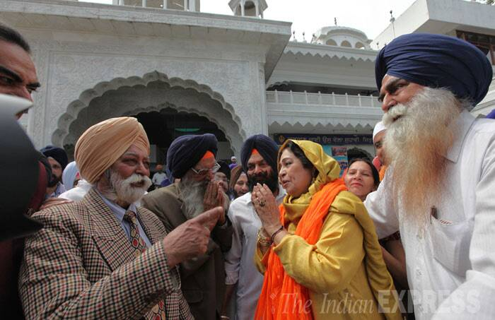 Kirron Kher also met the caretakers at the Gurudwara. (IE Photo: Jasbir Malhi)