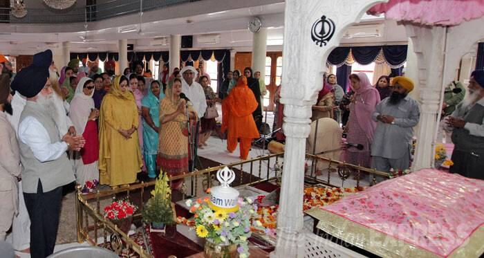 Kirron Kher and other party member pray at the sanctum sanctorum inside the Gurdwara. (IE Photo: Jasbir Malhi)