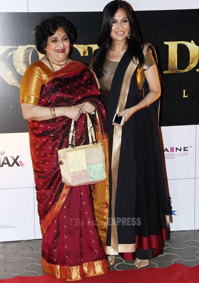 Director of 'Kochadaiiyaan', Soundarya poses with her mother for the cameras. (Photo: Varinder Chawla)