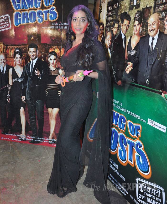 Mahie Gill poses for the cameras in a plain black sari along with a 'pichkari' in her hand. (Photo: Varinder Chawla)