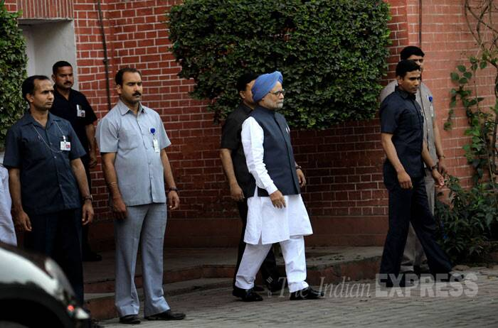 Earlier Prime Minister Manmohan Singh also paid respects to the late writer at his residence in New Delhi. (IE Photo: Ravi Kanojia)