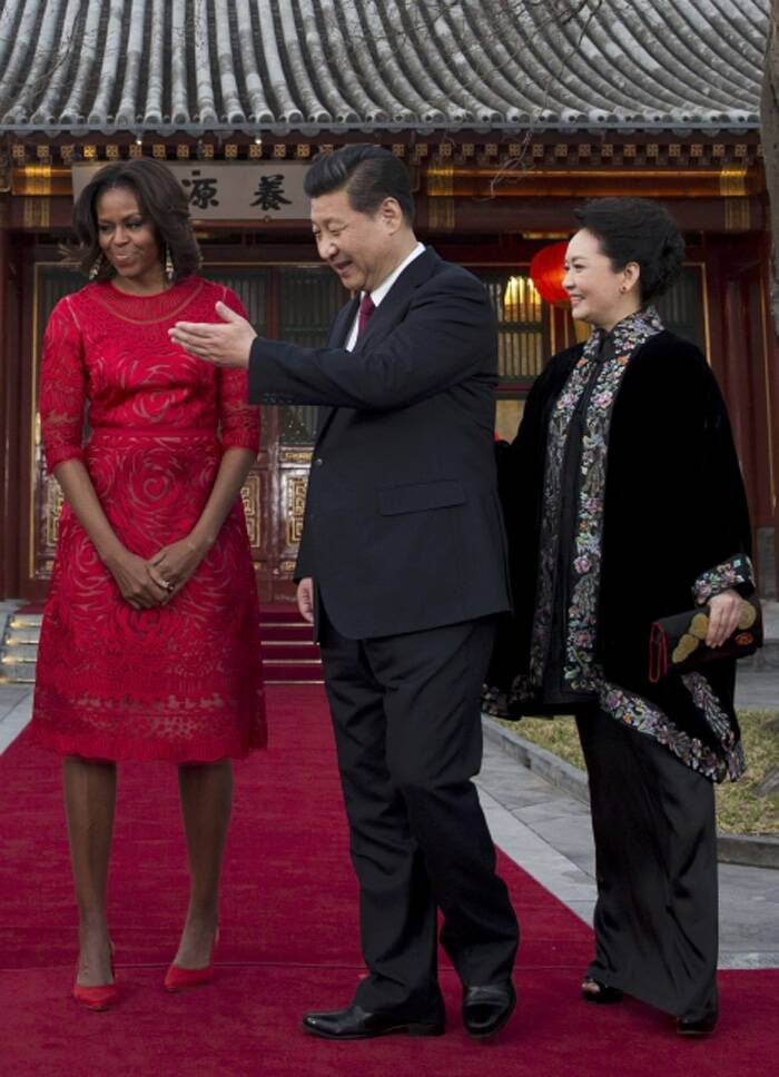 Later in the day, while visiting the Diaoyutai State guest house Michelle Obama picked a beautiful red dress with applique work. She teamed the dress with red pumps and looked very elegant.<br />Seen here with Chinese president Xi Jinping and first lady Peng Liyuan. (Reuters)