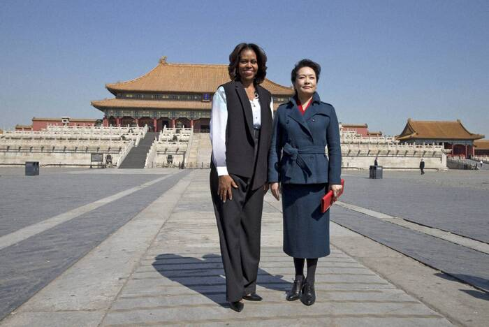 Peng Liyuan was dressed immaculately in a cornflower-blue skirt suit, with a red leather clutch and matching stud earrings. <br /> Michelle Obama and Peng Liyuan seemed to warm to each other during a jaunt through the Forbidden City late on Friday morning. (Reuters)