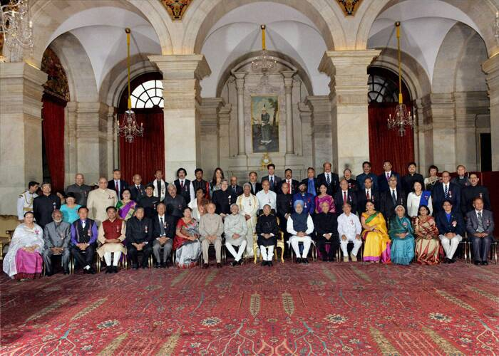 President Pranab Mukherjee along with Padma Awardees 2014 poses for a group photo at Rashtrapati Bhavan. (PTI)