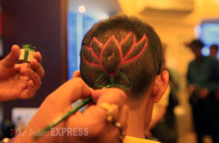 Another boy who supports Bharatya Janata Party(BJP) makes a lotus. (IE Photo: Ganesh Shirsekar)
