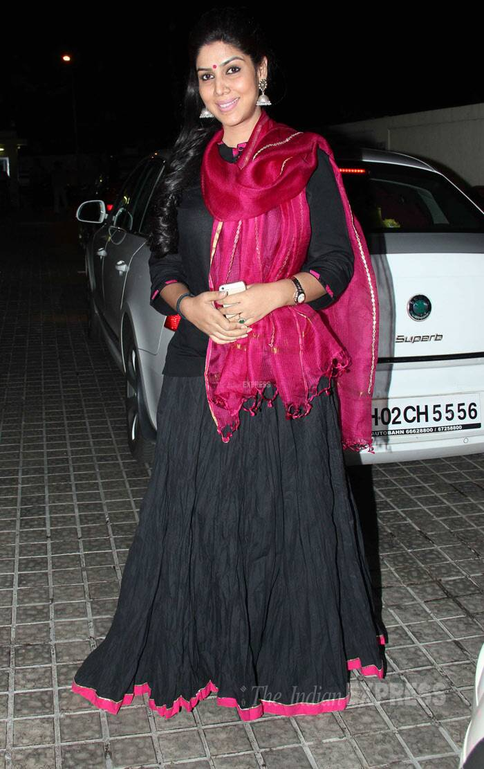 'Bade Achhe Lagte Hain' actress Sakshi Tanvar added a hint of pink to her black outfit with the rose coloured stole. (Photo: Varinder Chawla)