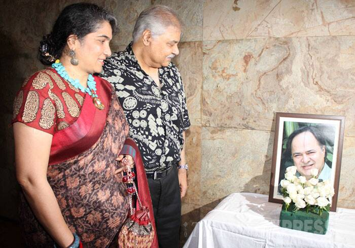 Satish Shah, who was also a part of Club 60, pays tribute to Farooq Sheikh along with his wife. (Photo: Varinder Chawla)