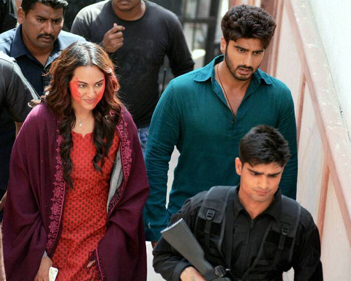 Sonakshi Sinha and Arjun Kapoor were spotted in Agra on the occasion of 'Holi' shooting for their film 'Tevar'. While many celebs took a day off on the festival, Arjun and Sonakshi were busy shooting in Agra. Though, Sonakshi's gulaal smeared cheeks  say that she did revel in the festive mood!