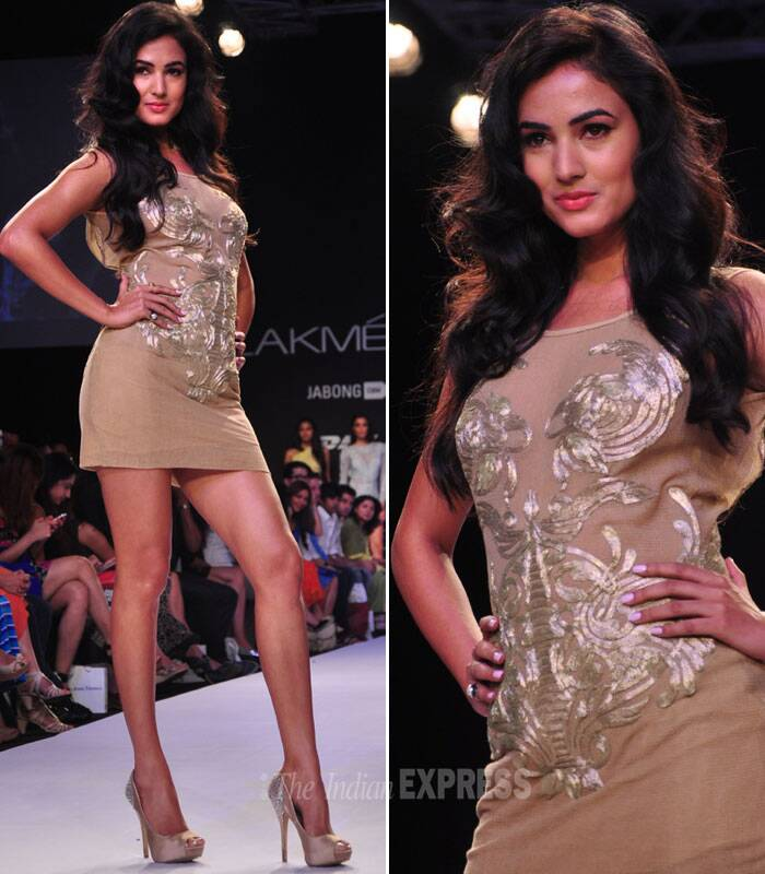 The actress was dressed in a beige body con dress with dramatic golden applique work. (Photo: Varinder Chawla)