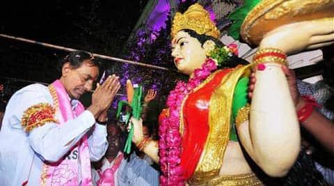 TRS President K Chandrasekhar Rao pays tribute to Telangana Talli atTelangana Bhavan in Htyderabad. (PTI photo)