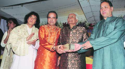 Suresh Wadkar and Minister Dilip Walse Patil felicitate Ustad Ghulam Mustafa Khan and Hariharan