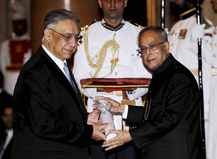 Pranab Mukherjee presents Padma Bhushan award to Vijayendra Nath Kaul , Comptroller and Auditor General of India (CAG) from 2002 to 2008. (PTI)