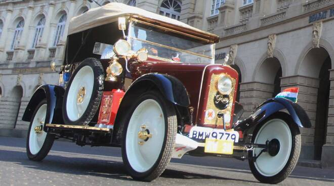 With class and style, vintage beauties set Mumbai roads on fire