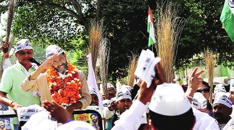 Yogendra Yadav campaigns in Gurgaon. (Photo: Express)