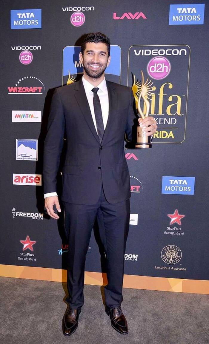 'Aashiqui 2' actor Aditya Roy Kapur flashes a grin as he poses with his trophy for Best actor in a Supporting role for 'Yeh Jawaani Hai Deewani'. (Photo: Twitter)