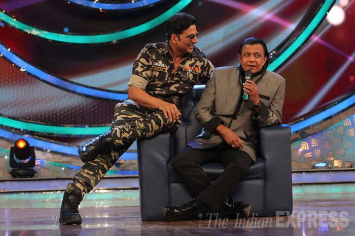 Akshay looked handsome as he donned a military uniform while sitting along with dance master Mithun Chakraborty. (Photo: Varinder Chawla)