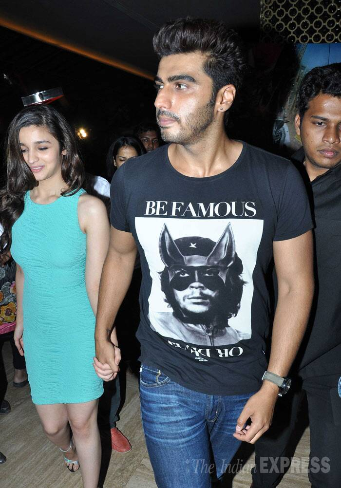 2 States' couple Alia Bhatt and Arjun Kapoor were seen arriving hand-in-hand to meet their fans at the PVR cinema hall in Andheri, Mumbai on Sunday (April 20). <br /><br /> Alia and Arjun's '2 States' has got off to a great start.  (Photo: Varinder Chawla)