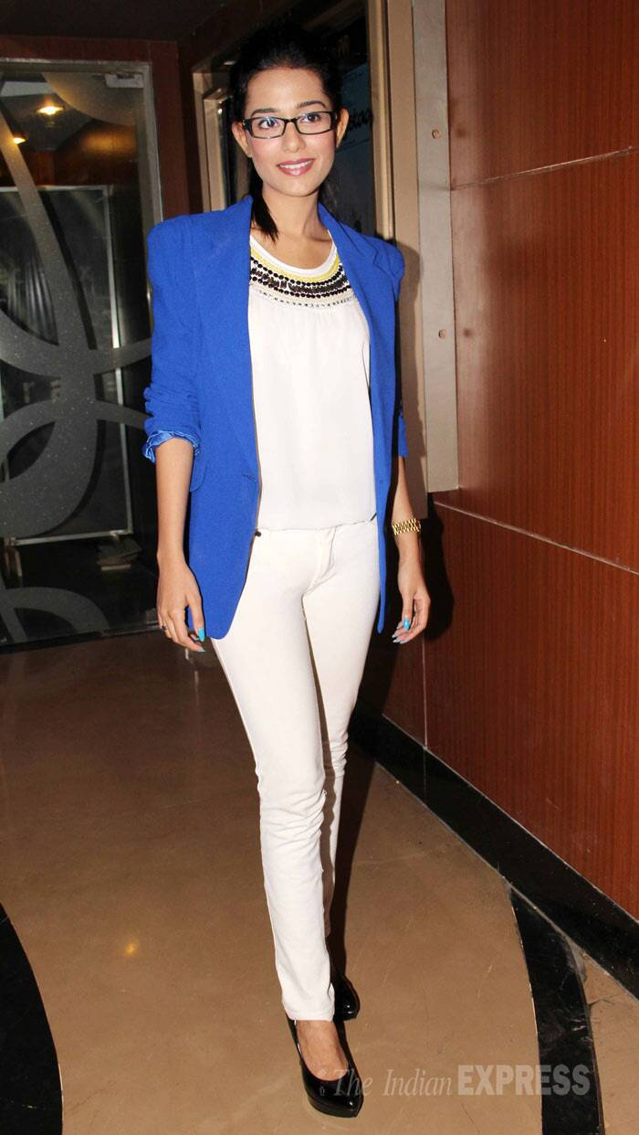 Amrita Rao opted for a white top with matching denims and a blue blazer. (Photo: Varinder Chawla)