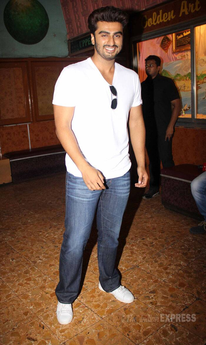 Bollywood actor Arjun Kapoor visited a theatre in Mumbai sans his leading lady  Alia Bhatt on Friday to get first hand reaction of his film '2 States'. <br /> Arjun was casual in white tees and a pair of jeans. (Photo: Varinder Chawla)