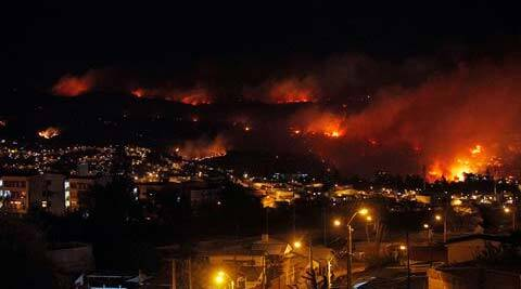 An out of control forest fire rages towards urban areas in the city of Valparaiso, Chile. (AP)