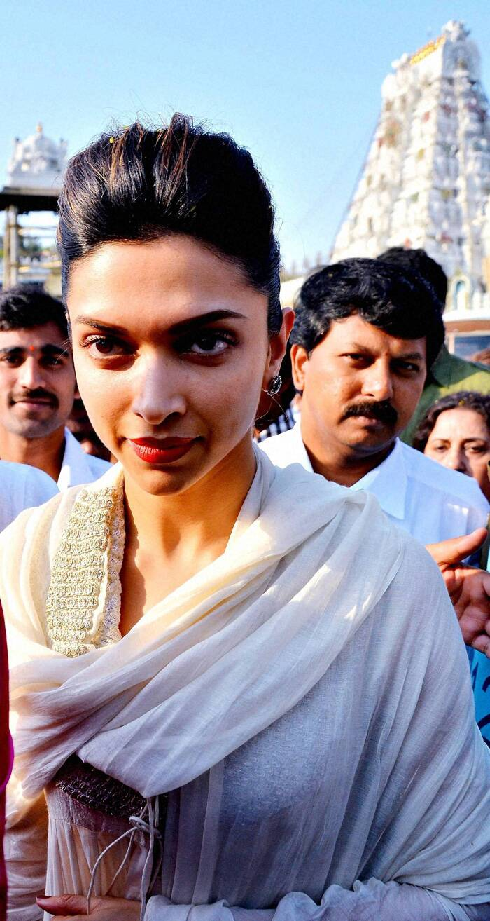 Bollywood actress Deepika Padukone offered prayers at Lord Venkateswara temple at Tirumala in Tirupati on Tuesday (April 9).<br /> The 'Chennai Express' actress was dressed in a simple white suit and had tied her hair in a bun. (PTI)