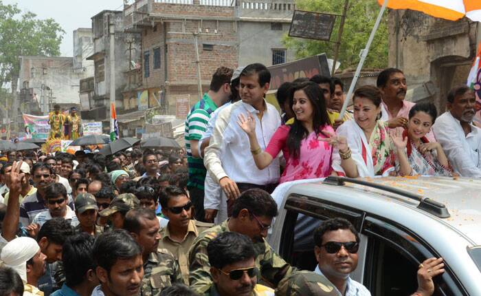 Moon Moon Sen ,Tollywood actor and TMC Lok Sabha candidate from Bankura Constituency during a road show with her daughters Ria and Raima. (Express photo by Partha Paul).