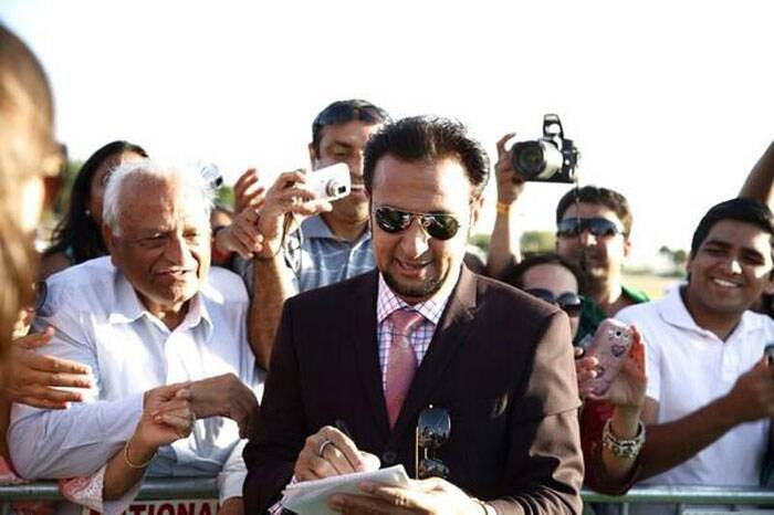 Bollywood's favourite villain Gulshan Grover obliges fans with autographs. (Twitter)