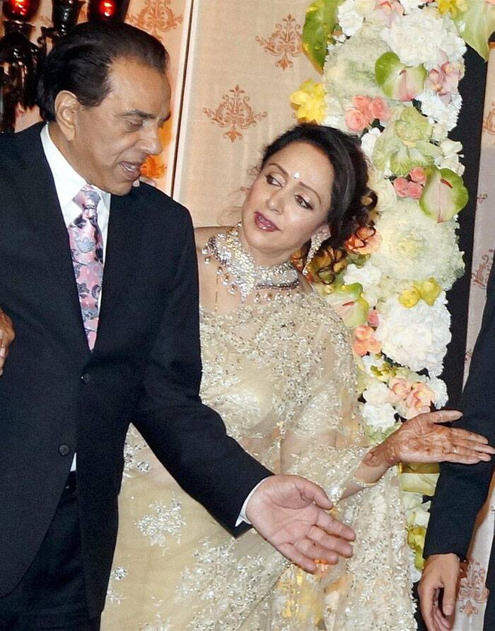 <b>Dharmendra-Hema Malini</b>: The already married Punjabi jatt Dharmendra fell for Hema Malini, an Iyengar from Tamil Nadu. The two, who had worked in as many as 28 movies together tied the knot despite all oppositions. The two have been happily married for the last 34 years now and their two daughters Esha and Ahana are also married and settled.