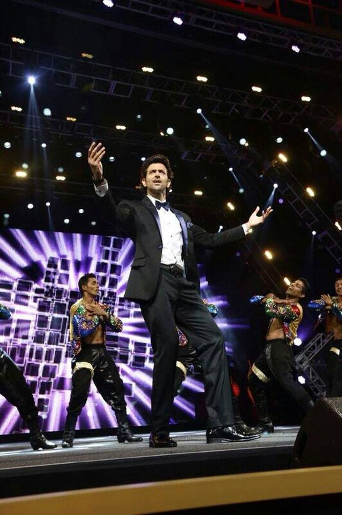 Hrithik works his magic on stage. (Twitter)