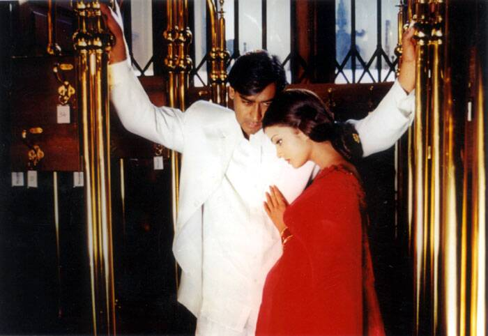 <b>Hum Dil De Chuke Sanam (1999) </b>: This romantic flick directed by Sanjay Leela Bhansali saw Ajay Devgn play a sacrificing husband to Aishwarya Rai. Ajay Devgn's sacrificial husband act won him many fans and nominations for several awards too.