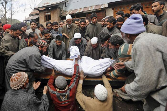 Kashmiri villagers bury the body of Zia-Ul-Haq during his funeral procession. (AP)