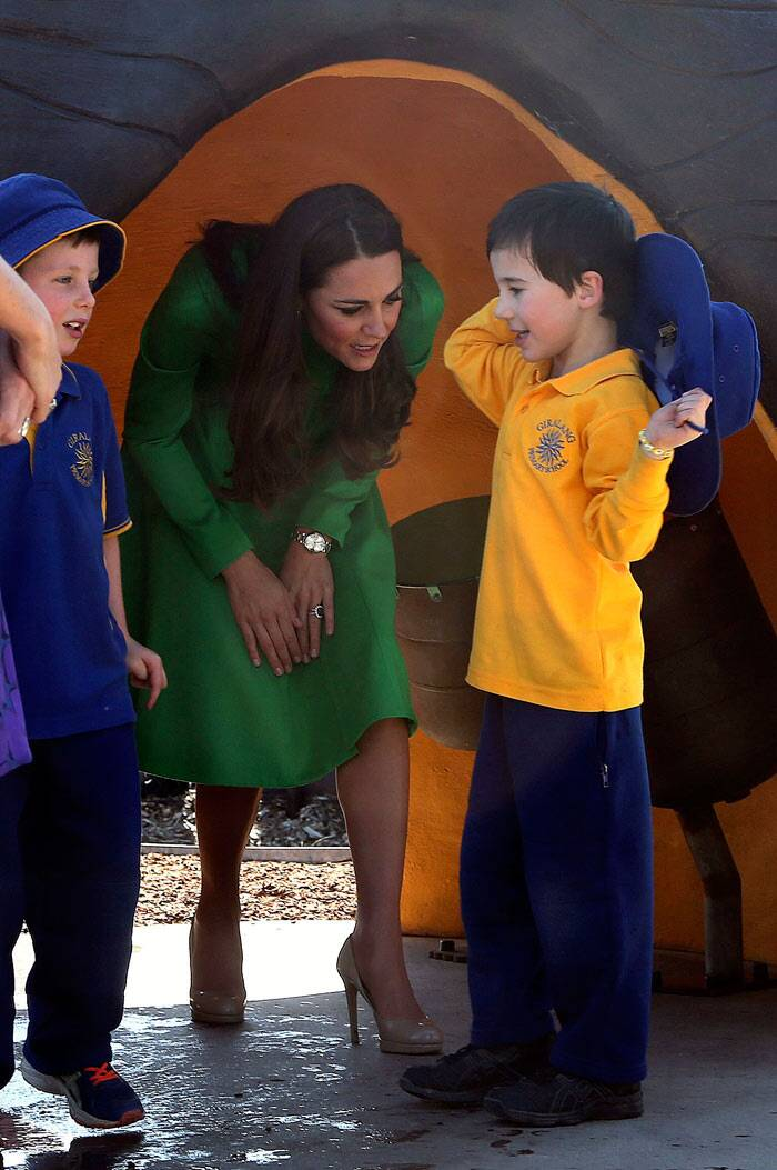 As usual, Kate met with little children outside the National Portrait Gallery in Canberra. (Reuters)