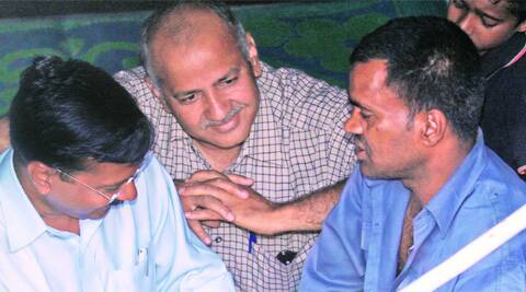 AAP leaders Arvind Kejriwal and Manish Sisodia with auto driver Lali on Wednesday.(Photo: Prem Nath Pandey)