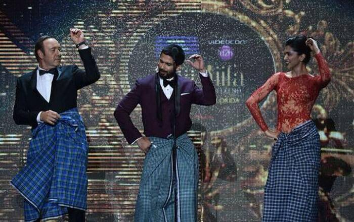 Hollywood actor Kevin Spacey surprised the audience as he donned a lungi on stage and danced to the beats of 'Lungi Dance' track from 'Chennai Express' along with Deepika Padukone. (Photo: Twitter)