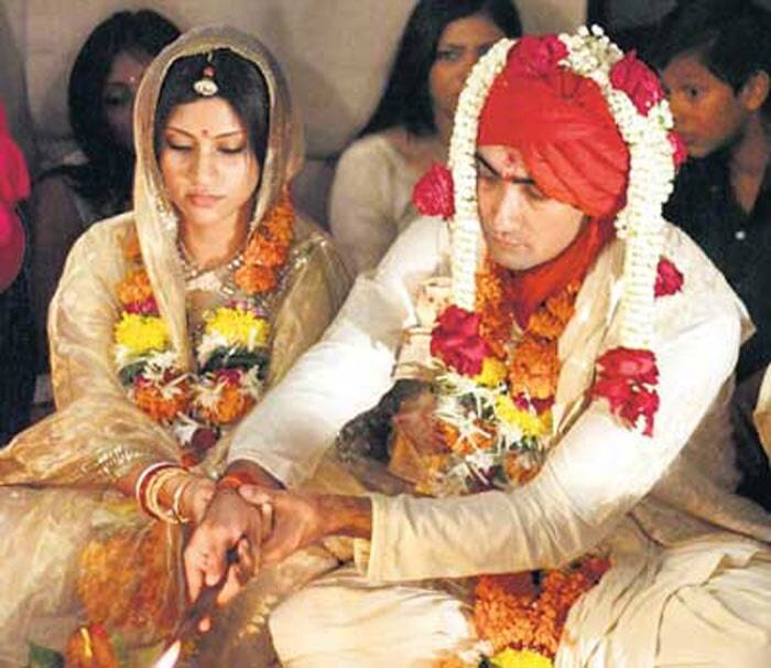 <b>Konkana Sen – Ranvir Shorey</b>: The couple was always mumb about their romance. Konkona Sen married Ranvir Shorey in a quiet wedding at the former's Mumbai residence in 2010. However, there were reports of troule in paradise when Konkana moved out of their house. But, all seems to be well between the two now.