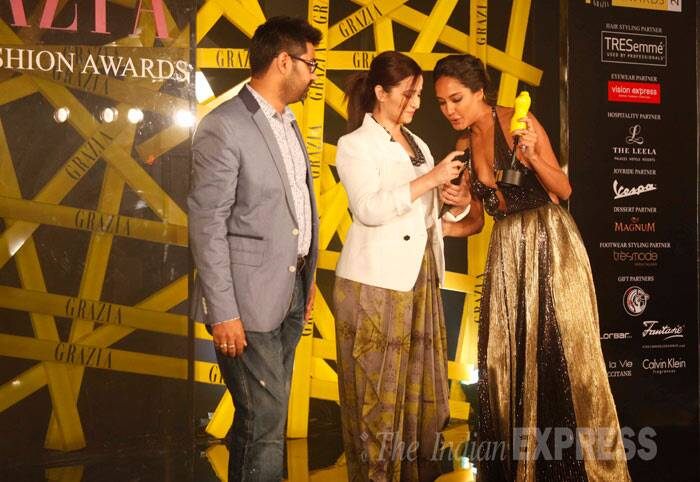 Lisa Haydon accepts her Showstopper Of The Year Award at the Grazia Young Fashion Awards from Simone Singh. (Photo: Varinder Chawla)