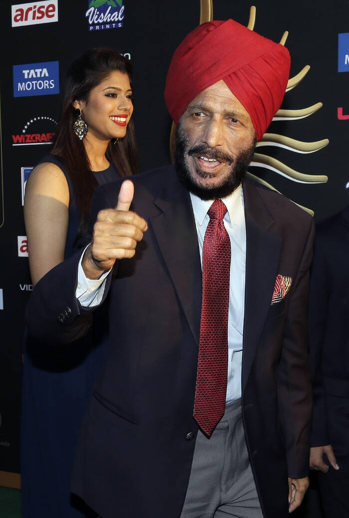 Legendary athlete Milkha Singh, whose biopic 'Bhaag Milkh Bhaag' bagged maximum awards at IIFA, is happy to pose for the photogs. (AP)