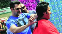 Salman Khan turns barber for Mission Sapne