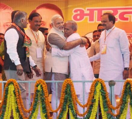Sonia, Modi trade charges as poll campaign heats up