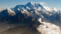 Avalanche sweeps Everest;  6 killed, 9 missing