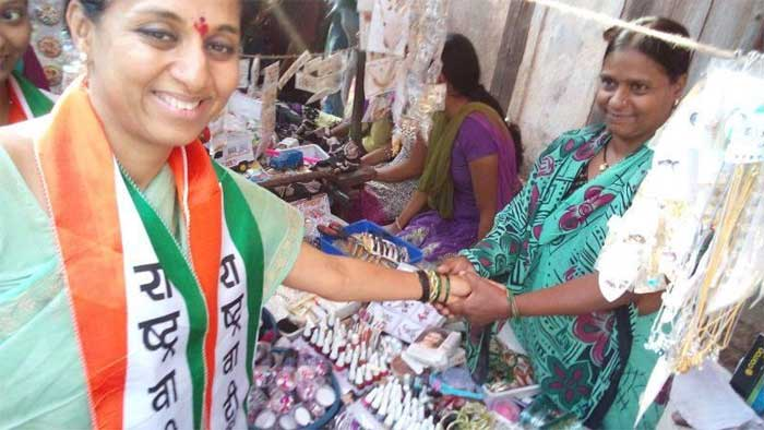 @NCPspeaks: #NCP-Congress alliance candidate in Baramati, Supriya Sule was in Bhor. While campaigning she spared a minute to get new bangles from Banu Sattar Attar's shop.