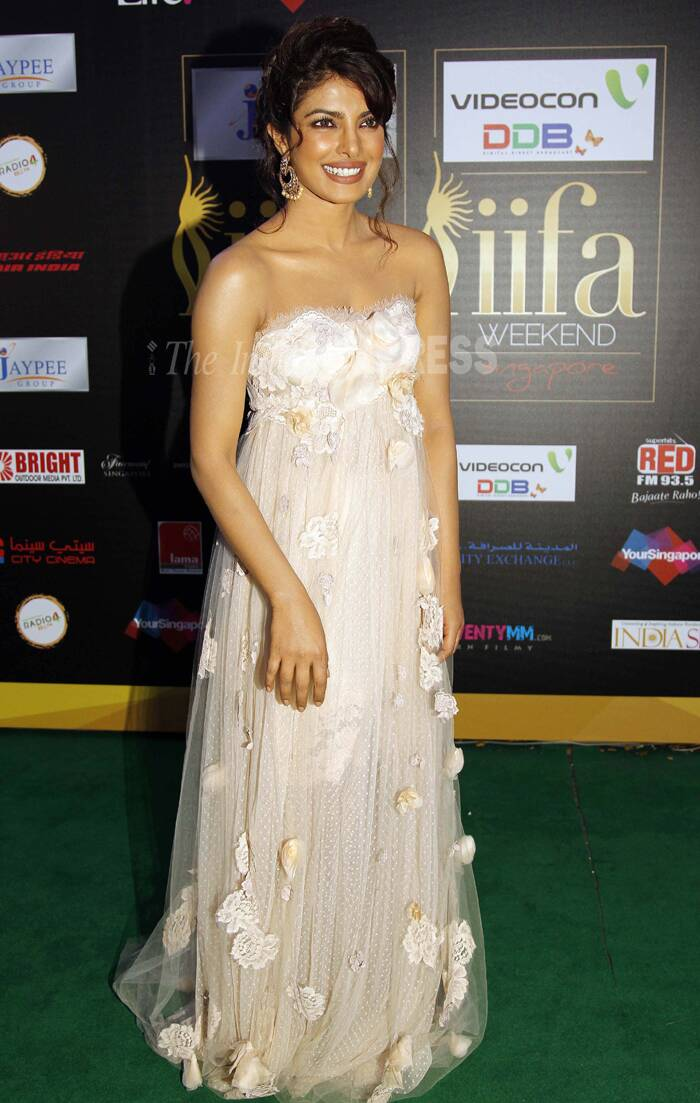 As we gear up for the 15th IIFA Awards, we go back in time and take a look at some of the best looks on the green carpet. <br /><br />At the 2012 IIFA Awards in Singapore, songstress Priyanka Chopra was girly, pretty and feminine in a strapless Dolce & Gabbana. The updo and gold danglers made the look even prettier.