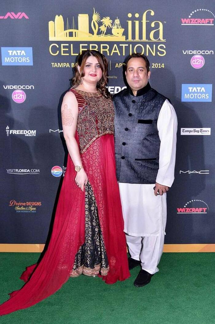 Pakistani singer Rahat Fateh Ali Khan poses with his wife for the photogs. (Photo: Twitter)